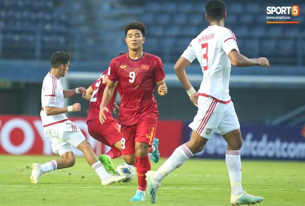 Fan Việt phản ứng cực gắt khi cầu thủ UAE phạm lỗi thô bạo với tiền đạo Hà Đức Chinh-2