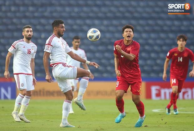 Fan Việt phản ứng cực gắt khi cầu thủ UAE phạm lỗi thô bạo với tiền đạo Hà Đức Chinh-3