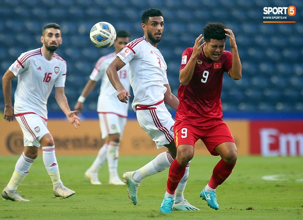 Fan Việt phản ứng cực gắt khi cầu thủ UAE phạm lỗi thô bạo với tiền đạo Hà Đức Chinh-4