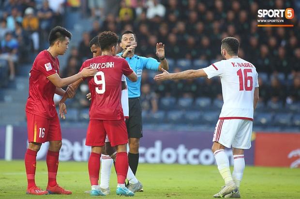 Fan Việt phản ứng cực gắt khi cầu thủ UAE phạm lỗi thô bạo với tiền đạo Hà Đức Chinh-5