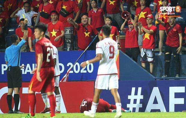 Fan Việt phản ứng cực gắt khi cầu thủ UAE phạm lỗi thô bạo với tiền đạo Hà Đức Chinh-7