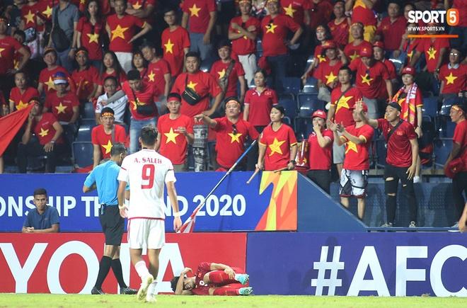 Fan Việt phản ứng cực gắt khi cầu thủ UAE phạm lỗi thô bạo với tiền đạo Hà Đức Chinh-9