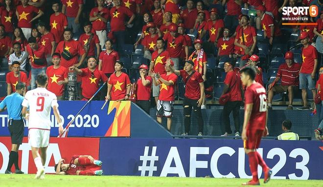Fan Việt phản ứng cực gắt khi cầu thủ UAE phạm lỗi thô bạo với tiền đạo Hà Đức Chinh-10