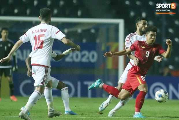 Fan Việt phản ứng cực gắt khi cầu thủ UAE phạm lỗi thô bạo với tiền đạo Hà Đức Chinh-12