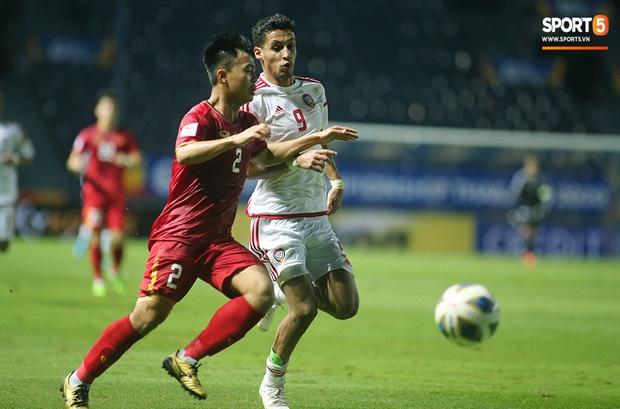 Fan Việt phản ứng cực gắt khi cầu thủ UAE phạm lỗi thô bạo với tiền đạo Hà Đức Chinh-13