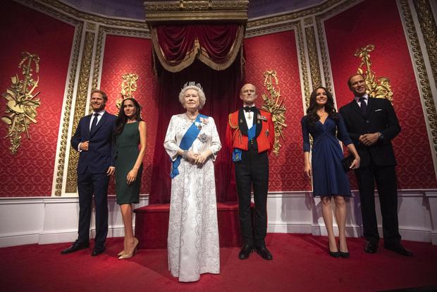 Sau tuyên bố gây sốc, tượng sáp của vợ chồng Hoàng tử Harry và Meghan Markle bị dời ra khỏi khu vực Hoàng gia-2