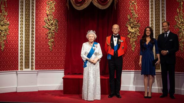 Sau tuyên bố gây sốc, tượng sáp của vợ chồng Hoàng tử Harry và Meghan Markle bị dời ra khỏi khu vực Hoàng gia-1