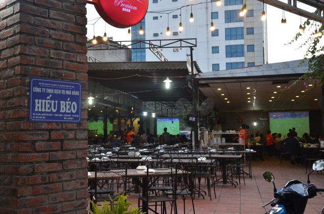 Sợ bị phạt nồng độ cồn, người hâm mộ bỏ quán nhậu, đổ đến cafe xem trận Việt Nam - UAE-1