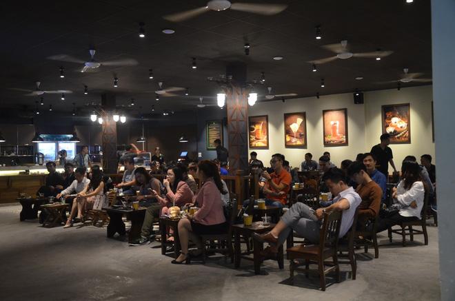Sợ bị phạt nồng độ cồn, người hâm mộ bỏ quán nhậu, đổ đến cafe xem trận Việt Nam - UAE-10