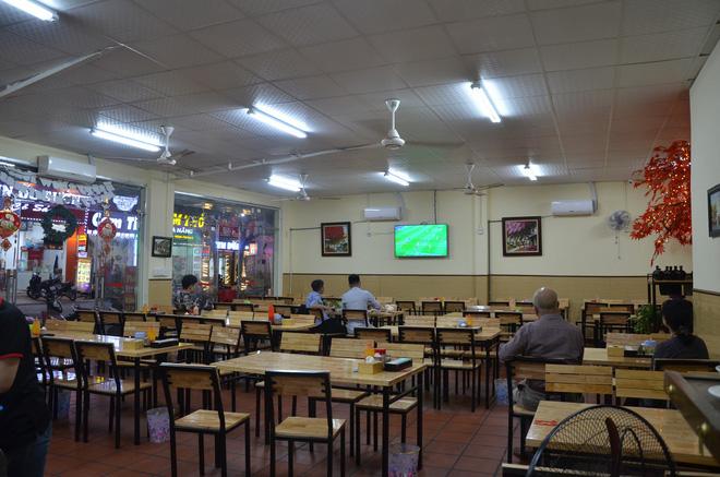 Sợ bị phạt nồng độ cồn, người hâm mộ bỏ quán nhậu, đổ đến cafe xem trận Việt Nam - UAE-4