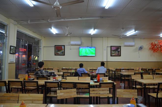 Sợ bị phạt nồng độ cồn, người hâm mộ bỏ quán nhậu, đổ đến cafe xem trận Việt Nam - UAE-5
