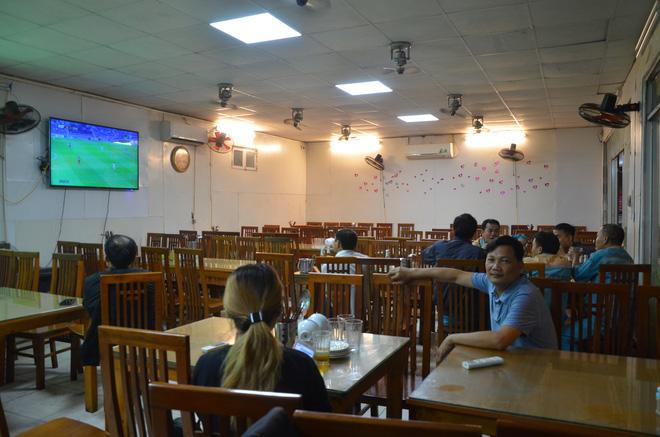 Sợ bị phạt nồng độ cồn, người hâm mộ bỏ quán nhậu, đổ đến cafe xem trận Việt Nam - UAE-6