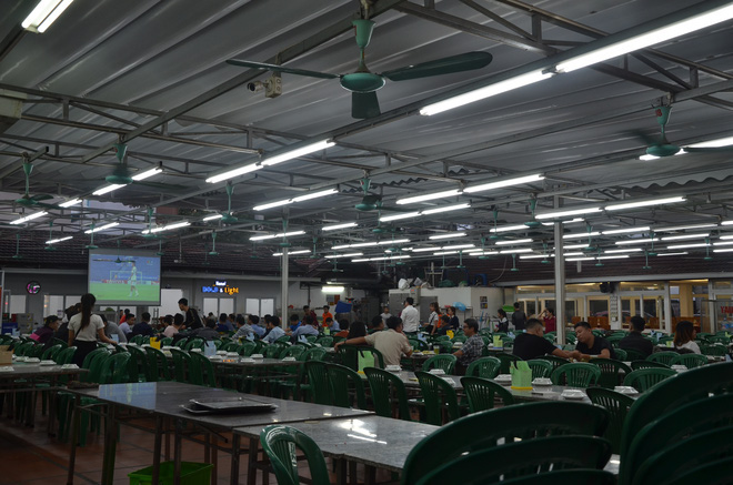 Sợ bị phạt nồng độ cồn, người hâm mộ bỏ quán nhậu, đổ đến cafe xem trận Việt Nam - UAE-7
