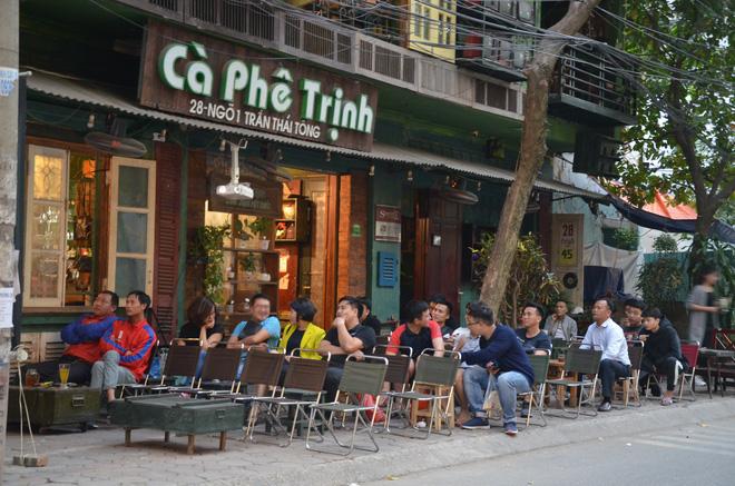 Sợ bị phạt nồng độ cồn, người hâm mộ bỏ quán nhậu, đổ đến cafe xem trận Việt Nam - UAE-9