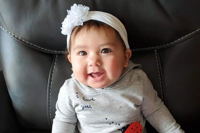 Bé gái 10 tháng tuổi bị bạn trai của mẹ nhét vào ba lô kéo khóa kín và nhốt trong ô tô 5 giờ đồng hồ-2