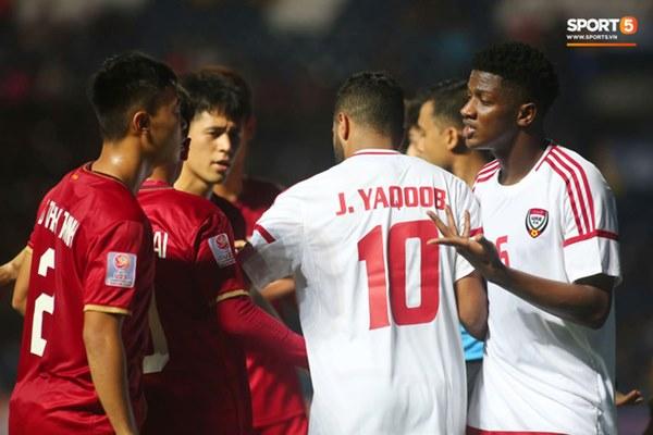 Tuyển thủ U23 Việt Nam hành động thiếu kiềm chế với trọng tài chính ở VCK U23 châu Á 2020-7