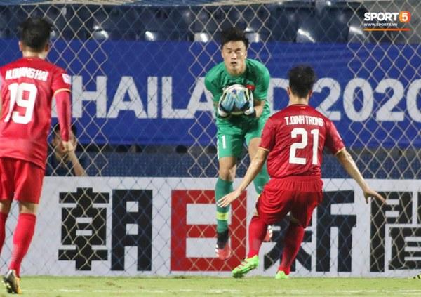 Fan Thái Lan chê thầy Park chỉ biết cho các học trò U23 Việt Nam dựng xe buýt trước khung thành để chịu trận-5
