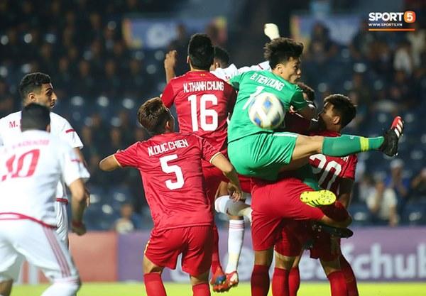 Fan Thái Lan chê thầy Park chỉ biết cho các học trò U23 Việt Nam dựng xe buýt trước khung thành để chịu trận-6