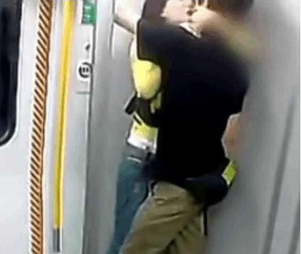 """Đôi tình nhân thiếu kiềm chế"""" phát ra một âm thanh gây hiểu lầm trên tàu, hành khách tò mò thì phát hiện cảnh tượng đáng xấu hổ-2"""