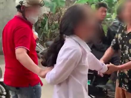 Phụ huynh vây bắt nữ sinh đánh con mình khiến CĐM chia làm 2 phe tranh cãi gay gắt