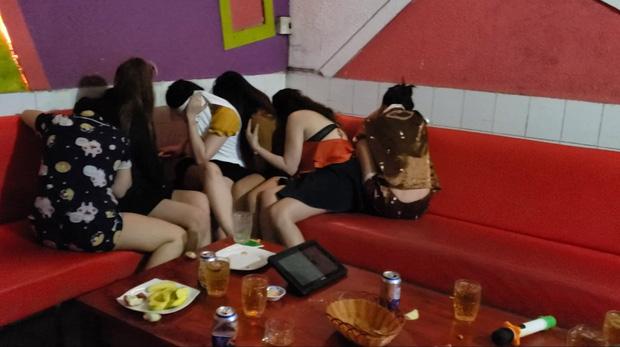 Kiểm tra quán karaoke, phát hiện 7 nữ nhân viên khoả thân phục vụ khách-1