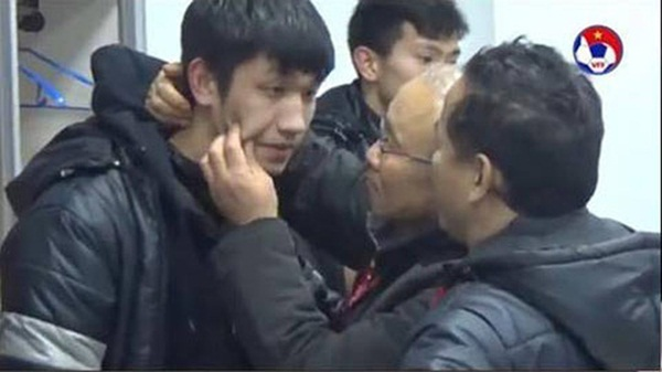 HLV Park Hang-seo khiến học trò nổi da gà khi đi spam nụ hôn, rồi nói đầy tình cảm: Như bố hôn con trai thôi chứ có gì đâu-3