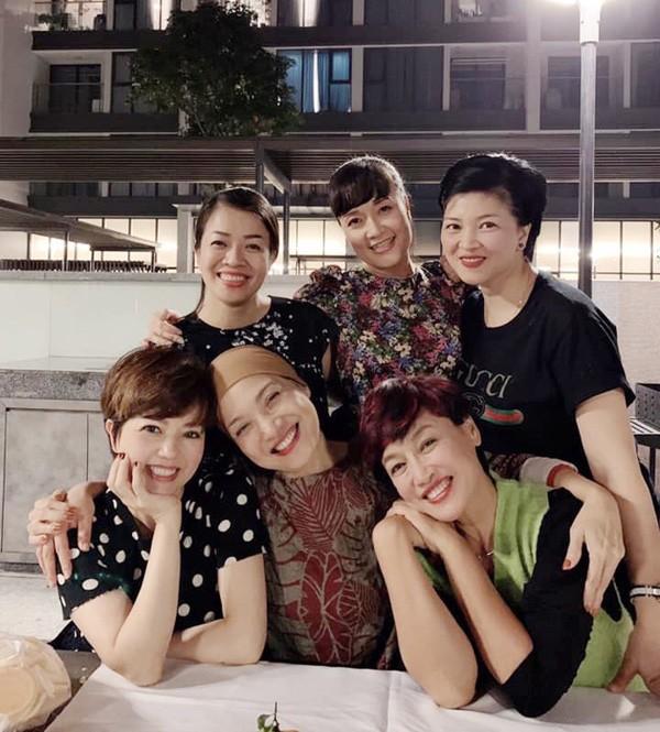 Cuộc sống bình yên vui vẻ bên con cháu của nghệ sĩ Ngọc Huyền sau khi ly hôn Chí Trung-2