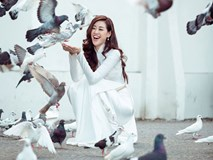 Hoa hậu Khánh Vân diện áo dài trắng, khoe dáng quyến rũ trên phố Xuân