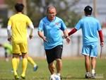 Xúc động trước chia sẻ của trợ lý ngôn ngữ U23 trước trận đấu quyết định của ĐT Việt Nam: 2 năm trước còn không dám tháo hành lý vì sợ phải về sớm-2