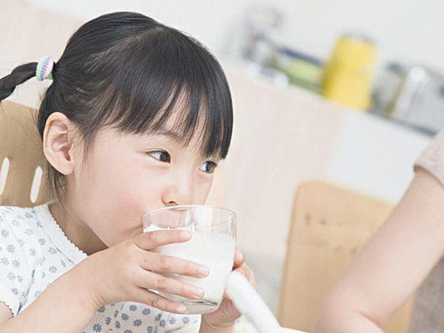 Chuyên gia cảnh báo trẻ nhỏ nghiện uống trà sữa có thể không phát triển chiều cao-4