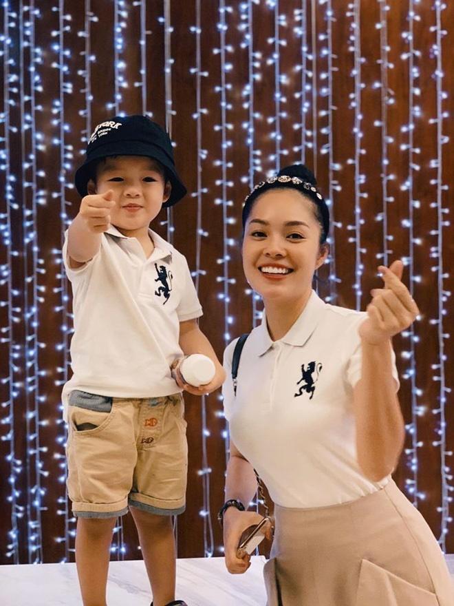 Dương Cẩm Lynh: Sinh ra thấy 2 chân con bị teo, tôi khóc hoài-3