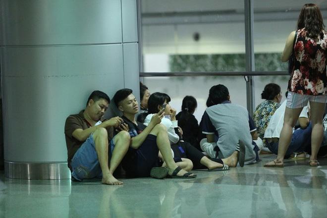 Biển người đang dồn về sân bay Tân Sơn Nhất-3