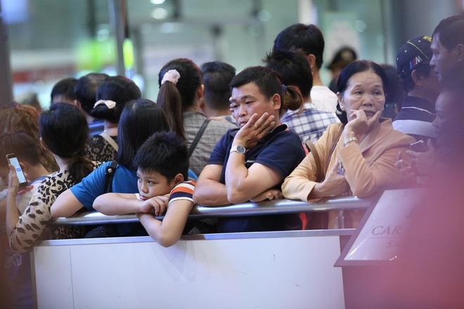 Biển người đang dồn về sân bay Tân Sơn Nhất-7