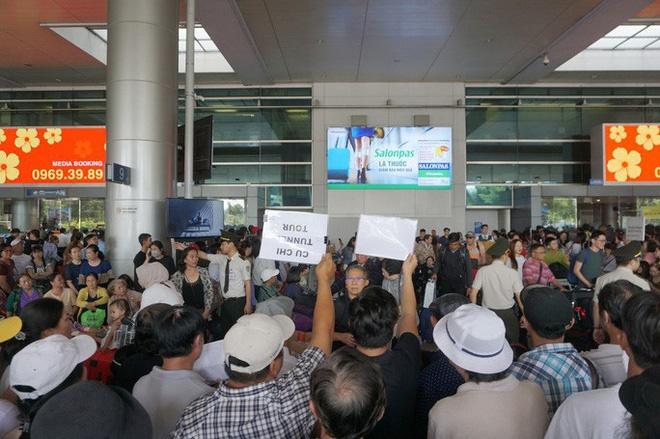 Biển người đang dồn về sân bay Tân Sơn Nhất-8