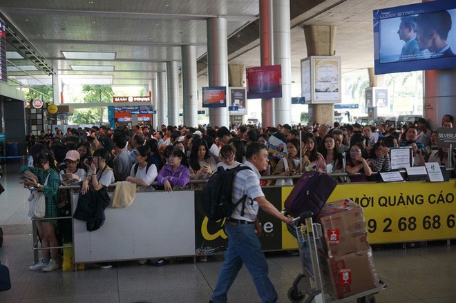 Biển người đang dồn về sân bay Tân Sơn Nhất-10