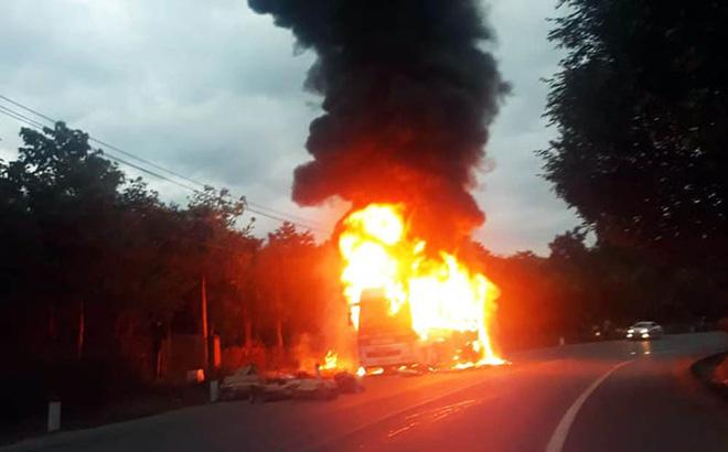 Xe khách giường nằm nổ lốp, cháy rụi trên Quốc lộ 20-1