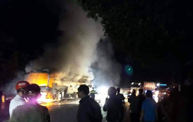 Xe khách giường nằm nổ lốp, cháy rụi trên Quốc lộ 20-2