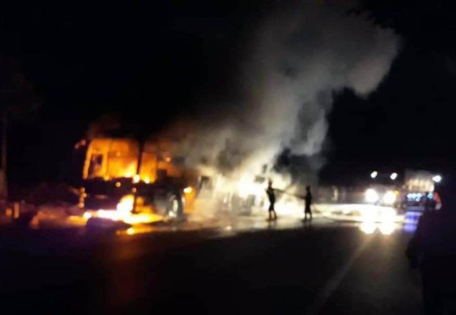 Xe khách giường nằm nổ lốp, cháy rụi trên Quốc lộ 20-4