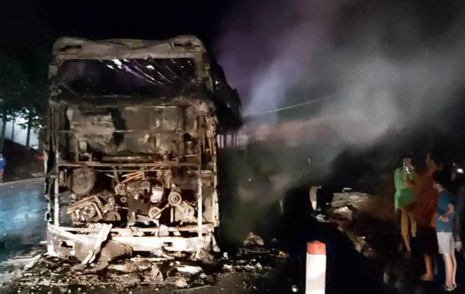 Xe khách giường nằm nổ lốp, cháy rụi trên Quốc lộ 20-5