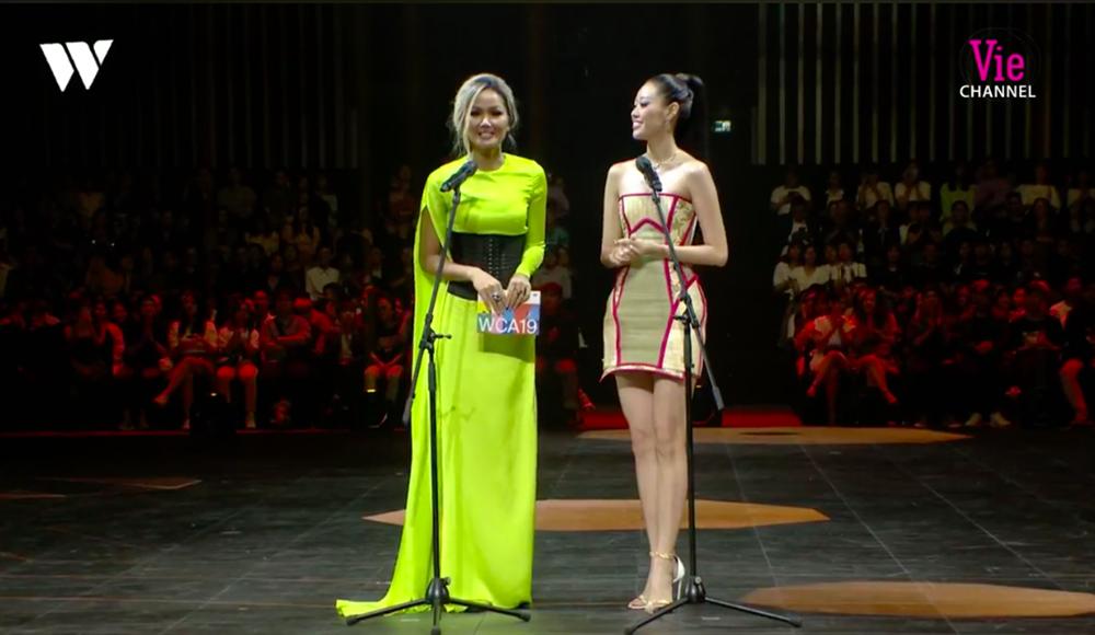 HH Khánh Vân diện chiếu cói lên thảm đỏ WeChoice Awards, hóa ra nguồn cảm hứng từ chính tiền bối HHen Niê-3