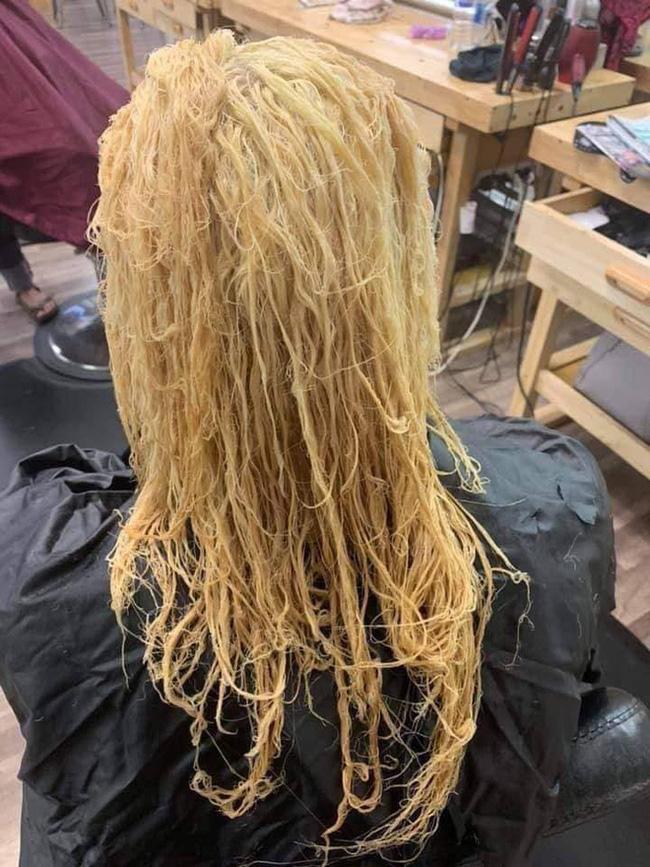 Làm tóc xinh đón Tết, cô gái hết hồn khi tẩy tóc bị rụng nguyên cả mảng đến mức hói đầu-1