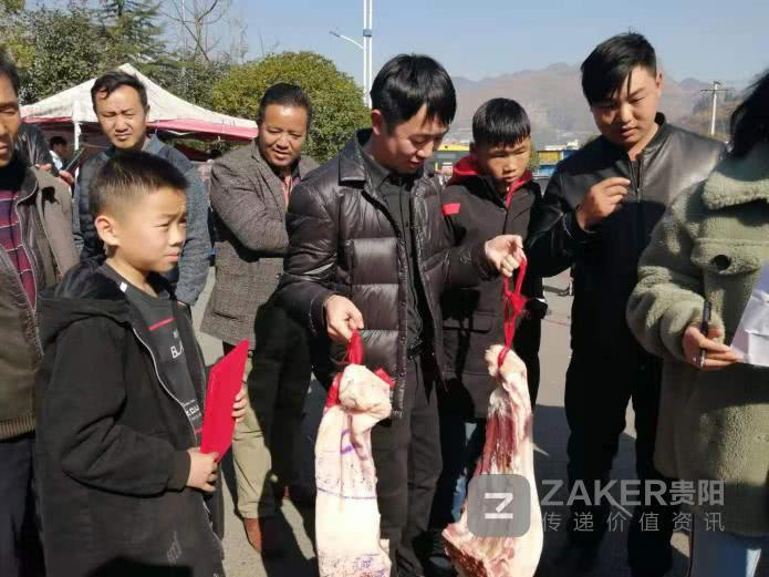 Giữa thời buổi thịt lợn đắt hơn vàng, một trường học chơi lớn thưởng nóng học sinh giỏi 30kg thịt khiến phụ huynh hò hét vì sung sướng-1