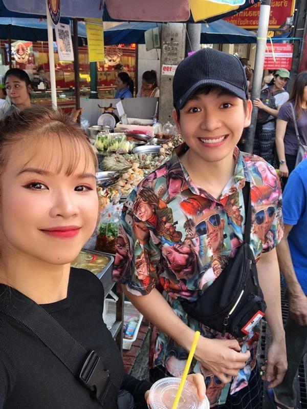 """Sang Thái Lan dịp sinh nhật, Khởi My được Kelvin Khánh tặng bánh kem"""" là một… cục sườn to bự: Đến xỉu với độ lầy của hai vợ chồng này!-1"""
