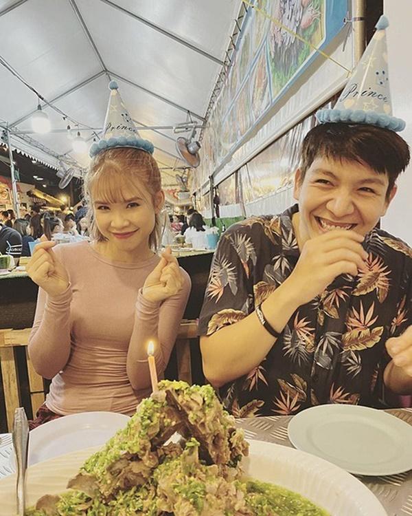 """Sang Thái Lan dịp sinh nhật, Khởi My được Kelvin Khánh tặng bánh kem"""" là một… cục sườn to bự: Đến xỉu với độ lầy của hai vợ chồng này!-2"""