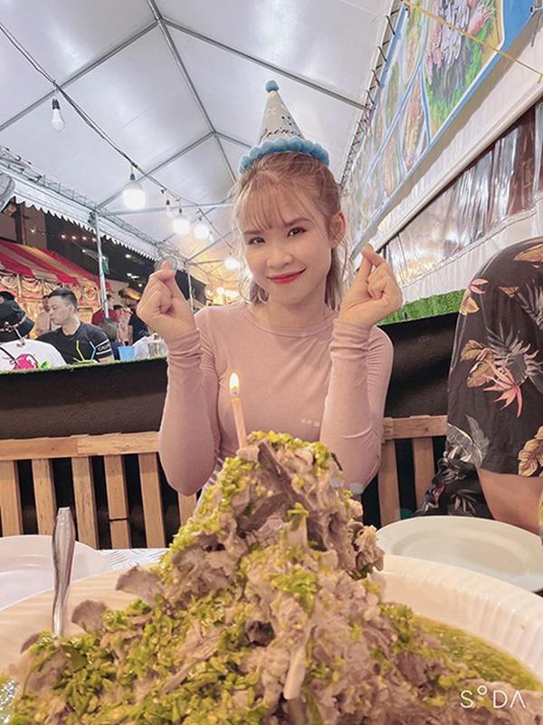 """Sang Thái Lan dịp sinh nhật, Khởi My được Kelvin Khánh tặng bánh kem"""" là một… cục sườn to bự: Đến xỉu với độ lầy của hai vợ chồng này!-3"""