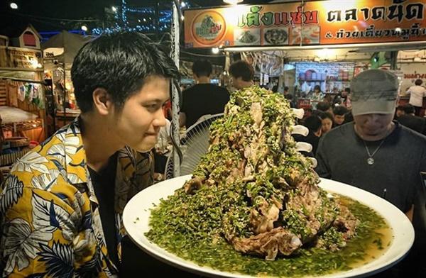 """Sang Thái Lan dịp sinh nhật, Khởi My được Kelvin Khánh tặng bánh kem"""" là một… cục sườn to bự: Đến xỉu với độ lầy của hai vợ chồng này!-5"""