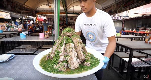 """Sang Thái Lan dịp sinh nhật, Khởi My được Kelvin Khánh tặng bánh kem"""" là một… cục sườn to bự: Đến xỉu với độ lầy của hai vợ chồng này!-7"""