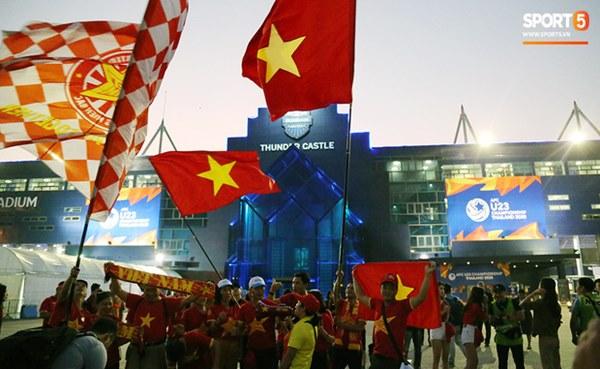 Fan nữ khoe sắc trên khán đài, tiếp lửa trận cầu sinh tử U23 Việt Nam gặp U23 Jordan-2