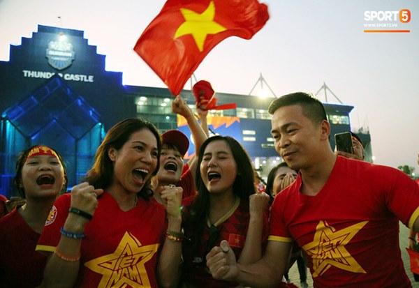 Fan nữ khoe sắc trên khán đài, tiếp lửa trận cầu sinh tử U23 Việt Nam gặp U23 Jordan-3