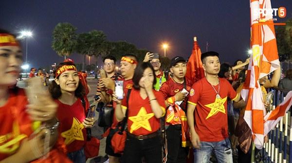 Fan nữ khoe sắc trên khán đài, tiếp lửa trận cầu sinh tử U23 Việt Nam gặp U23 Jordan-4